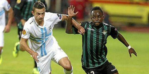 Cedrick pugna con un futbolista del Rijeka en un encuentro de la Europa League.