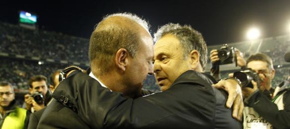 Caparrós abraza a Mel en el Betis-Levante de ayer.