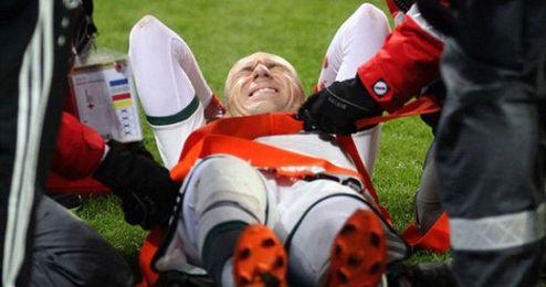 Robben se duele momentos después de caer lesionado.