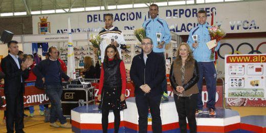 Premios otorgados a las mejores marcas de la general masculina ayer en la Media Maratón Sevilla-Los Palacios.
