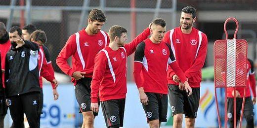 Cheryshev recibe el cariño de sus compañeros de equipo tras su vuelta a los entrenamientos.