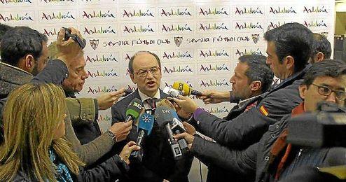 José Castro atiende a los medios antes de un viaje del Sevilla a Alemania.