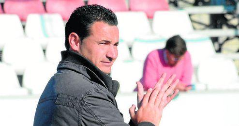 El técnico David Sánchez aplaude a sus jugadores durante un lance del encuentro entre el Écija y el Sevilla Atlético.