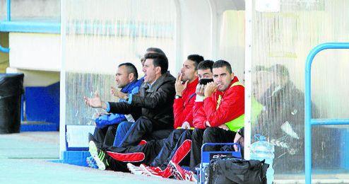En la imagen, Diego Román, entrenador del Cabecense, dando instrucciones a su equipo a viva voz,