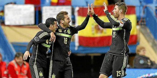 Los internacionales españoles Pedro,Alba y Ramos frente a Italia celebrando un gol