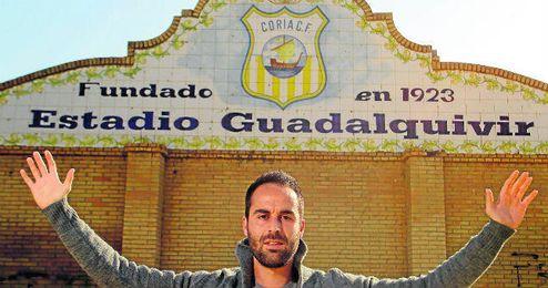 Bayón posa en el estadio de los ribereños, el Guadalquivir.
