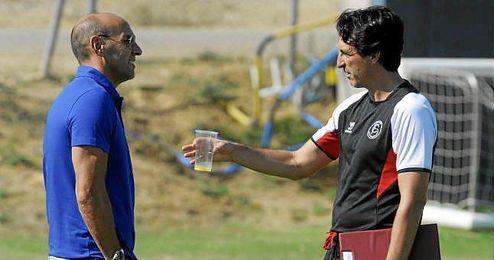 Monchi y Unai Emery conversan durante un entrenamiento del Sevilla.