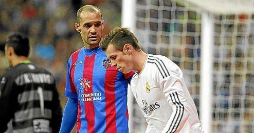 Juanfran, junto a Bale en el Real Madrid-Levante.