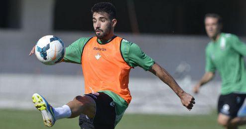 Chuli controla el balón durante un entrenamiento.
