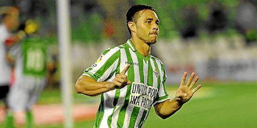 Rubén Castro celebra un gol con el Betis.