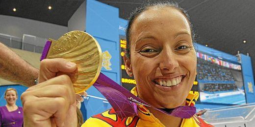 Teresa Perales con uno de sus 6 oros en Londres 2012.