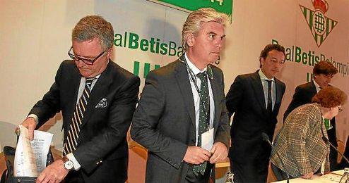Manuel Domínguez Platas, a la derecha de Miguel Guillén en la junta de ayer.