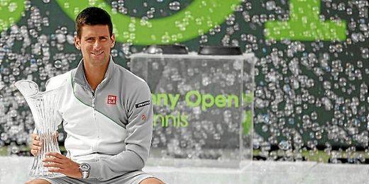 Djokovic posa junto al trofeo conquistado en Miami.