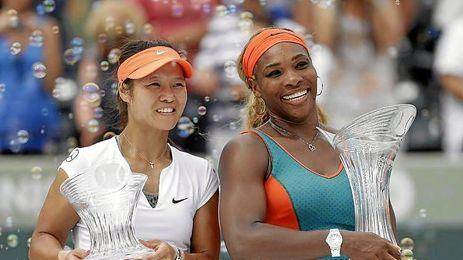 Serena Williams junto a Na Li en el podio