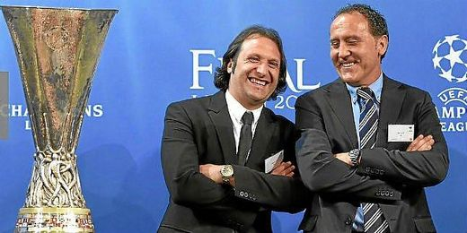 Rufete y L�pez Alfaro posan junto a la copa de la Europa League.