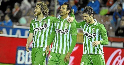 Cañas (Swansea), Ángel (Las Palmas) y Rubén Pérez (Elche) celebran un tanto del Betis en Los Cármenes la temporada pasada.