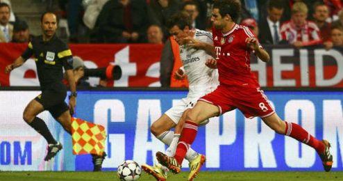 Javi Martínez en una disputa con Bale en el último partido de Champions.