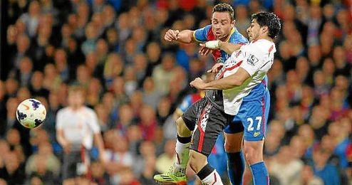 Luis Suárez y Damien Delaney durante el partido entre Crystal Palace y Liverpool del Premier League.