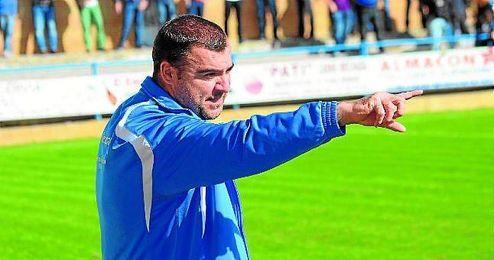 Joaquín Hidalgo da instrucciones a sus jugadores durante el choque Coria-Lebrijana disputado esta temporada.