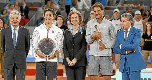 Rafa Nadal y Kei Nishikori escoltan a la Reina Sofia con sus trofeos.