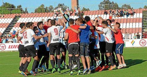 Los jugadores del Sevilla Atlético celebran la permanencia sobre el terreno de juego.