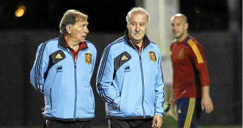 Toni Grande dialoga con Del Bosque durante un entrenamiento de la selección.