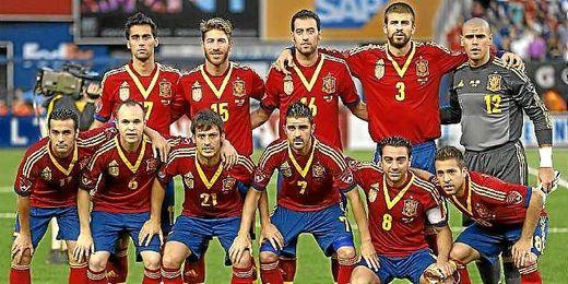 Equipo titular de España durante un partido de la selección.