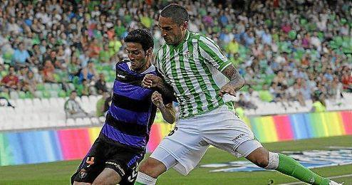 Marc Valiente y Braian Rodríguez, en un lance del Betis-Valladolid.