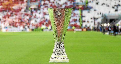 La copa de la Europa Laegue sobre el césped del Juventus Stadium.