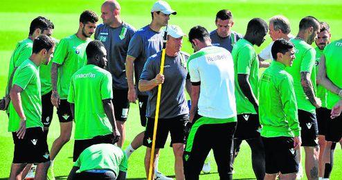 Gabriel Humberto Calderón, junto a los jugadores verdiblancos.