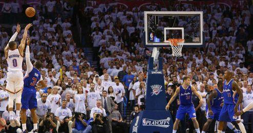 Momento decisivo en el que Westbrook provoca la falta de Chris Paul para ganar el partido.