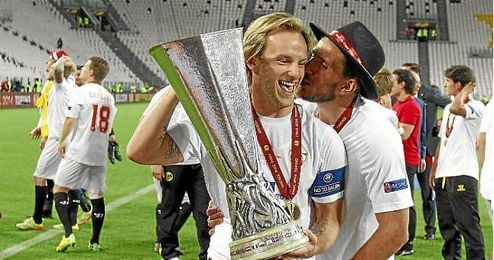 Rakitic y Carriço, con la copa de la Europa League.