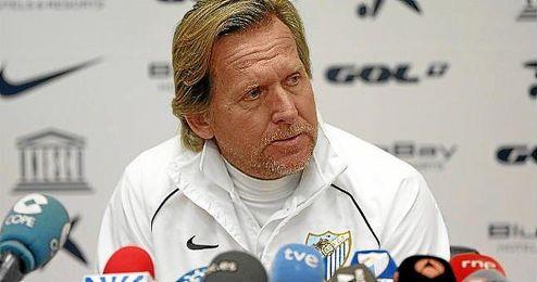 Bernd Schuster en una rueda de prensa del Málaga.