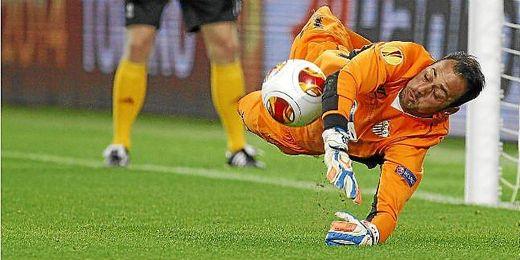 Beto parando uno de los penaltis de la final de la Europa League.