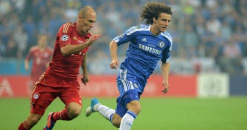 David Luiz en un lance de partido con Robben durante la final de la Supercopa de Europa.