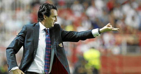 El técnico del Sevilla gesticula durante el partido.