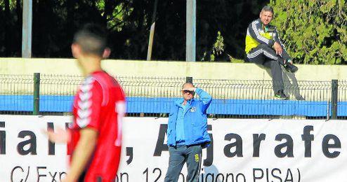 En la imagen, Juan Carlos Menudo, sentado en la grada del Primero de Mayo, el día de su debut ante el Cabecense.
