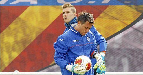 Alves, con Guaita en segundo plano, se ejercita con el Valencia.