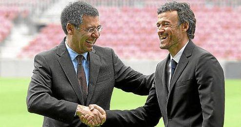 Josep María Bartomeu, presidente del Barça, junto a Luis Enrique, nuevo entrenador culé, durante la presentación.