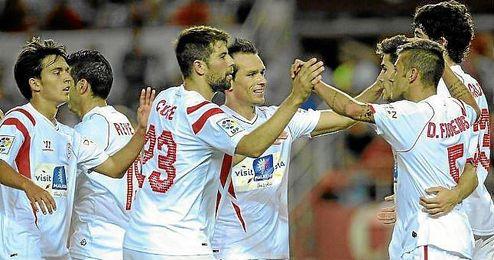 Los jugadores del Sevilla celebran un gol en el último partido de Liga.