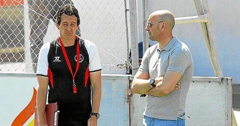 Monchi dialoga con Unai Emery durante un entrenamiento en la ciudad deportiva.