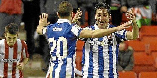 Simao y Capdevila celebran un gol de su equipo.