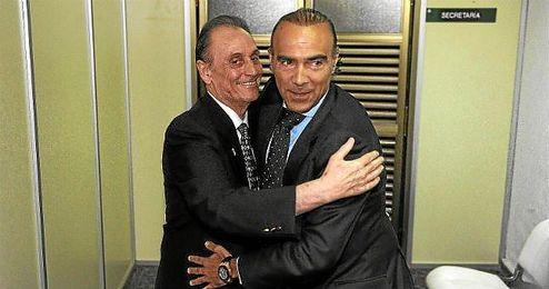 Manuel Ruiz de Lopera y Luis Oliver se abrazan tras sellar la venta de las acciones del Betis.