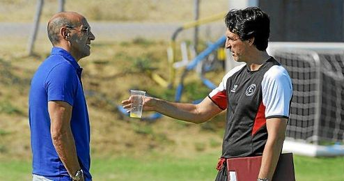 Monchi y Emery conversan durante un entrenamiento del Sevilla.