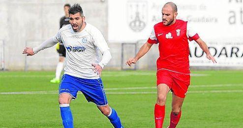 El defensa central alcalareño José Serrano conduce el esférico en un lance del encuentro disputado ante el Ceuta.