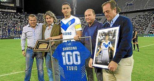 Fernando Tobio, central de Vélez Sarsfield, en su homenaje por sus cien partidos con el equipo.