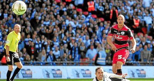 En la imagen, Zamora observa su tiro, el que supuso el tanto de la victoria ante el Derby County.
