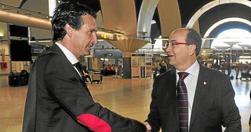 Unai Emery y José Castro, en un desplazamiento de esta temporada.