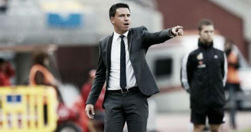 Sergio Lobera da instrucciones a sus jugadores durante un partido de liga.