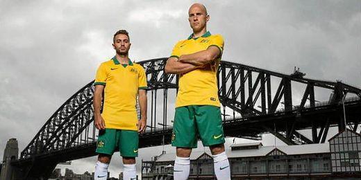 Bresciano (a la derecha) posa con la equipación oficial de Australia para el Mundial de Brasil.